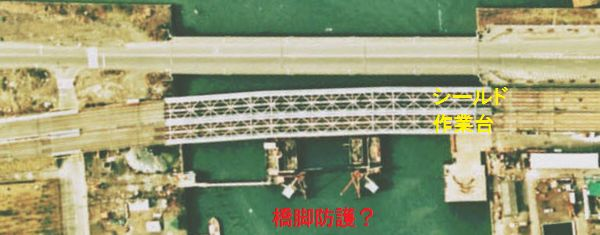 品川運河付近の1974(昭和49年)の様子。橋脚の防護らしき作業が行われている。