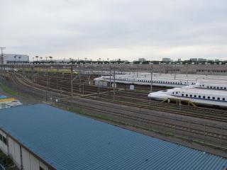 東京貨物ターミナル駅を挟んだ反対側は東海道新幹線大井車両基地。奥には923形「ドクターイエロー」が見える。