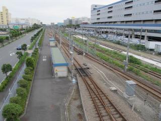 同じ陸橋から車両基地南側を見る。奥留置線が3本設置されている。