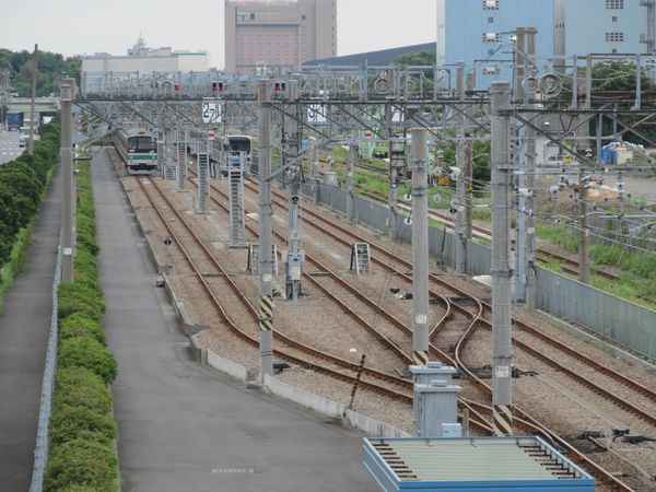 留置線の奥にはJR埼京線205系と70-000形が停車中。