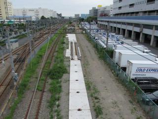 八潮車両基地脇の東海道貨物線は開発中の軌道の試験敷設(?)が行われていた。