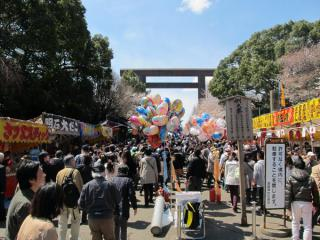 参道は千代田さくら祭りの主要会場となっており、多数の屋台が出店していた。