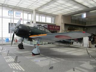 遊就館玄関ホールに展示されている三菱零式艦上戦闘機(ゼロ戦)52型