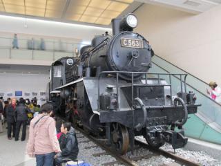 同じく玄関ホールに展示されている蒸気機関車C56形31号機