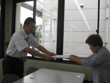 2012-07-02 mon 松伏町に署名提出 001-01