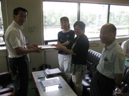 2012-07-09 三郷市役所(署名提出)001-01 s