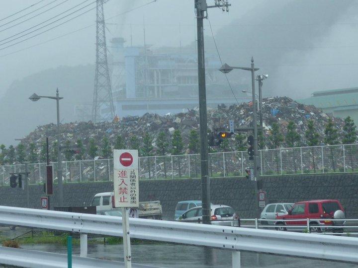 釜石駅前のがれきの山