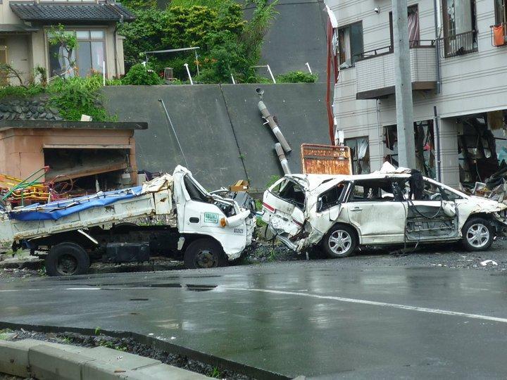 車、トラックも原型を留めていない