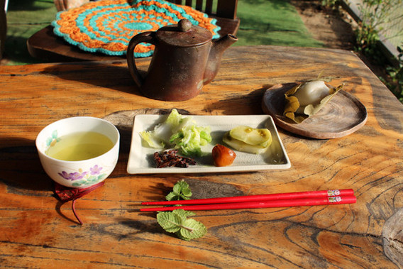 シゲヨさん特製のおもてなしセット-美味しいお茶に季節のお漬物と-柏餅