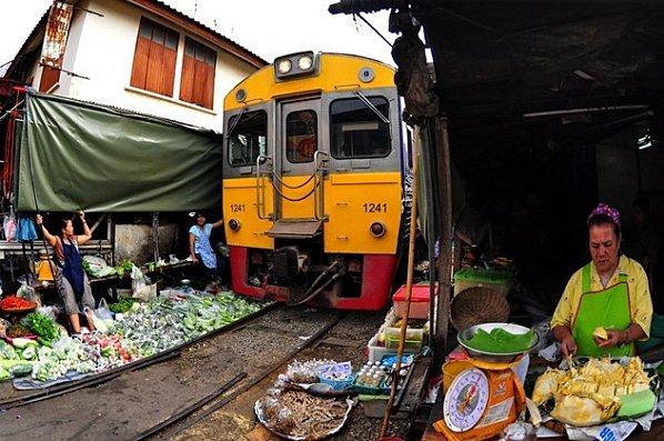 katie-noonan-crazy-maeklong-market-in-bangkok-L-TM5CxU.jpeg