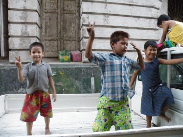 ヤンゴンの子供3人