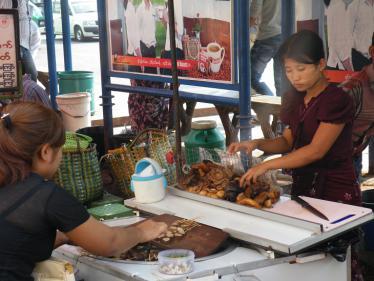 ヤンゴンのモツ煮屋