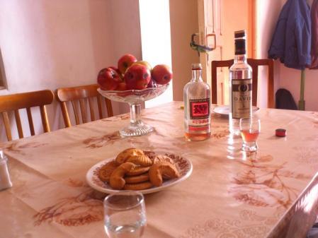 スリコ・メディコの家のテーブル