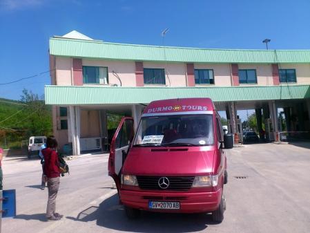 ティラナに向かうバス