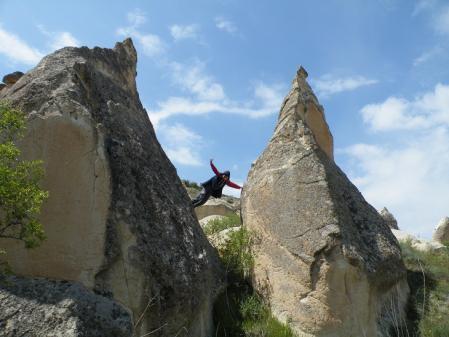 岩の間の少年1