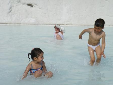 石灰岩で遊ぶ子供