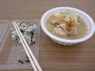 sワカメご飯と豚汁