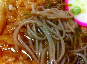 三津屋 冷したぬきそば 麺アップ
