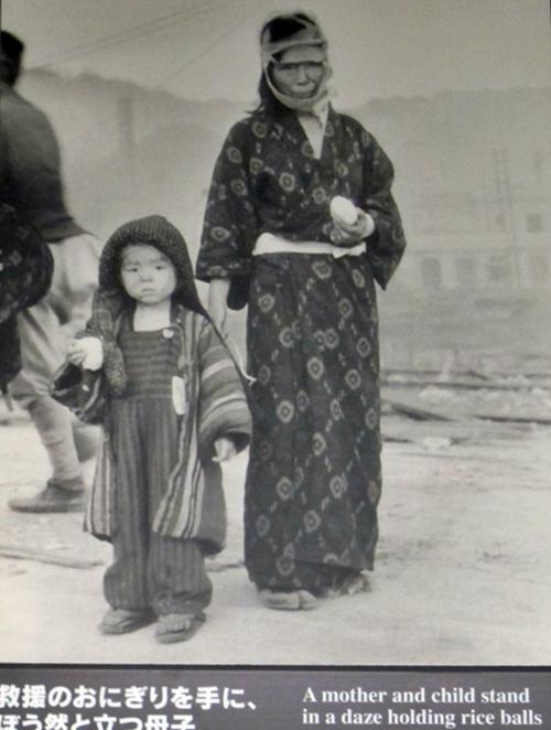 原爆投下の長崎の親子
