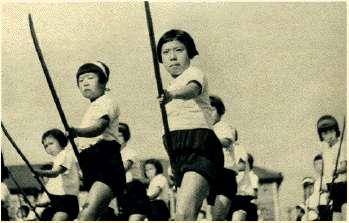 竹槍と子供たちimage