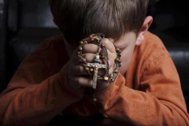ロザリオを祈る子供image