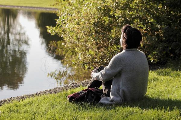 池のほとりに佇む人のimage