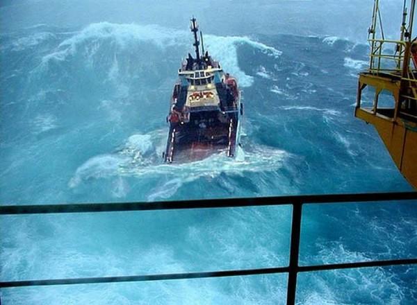 嵐にもまれる船のimage