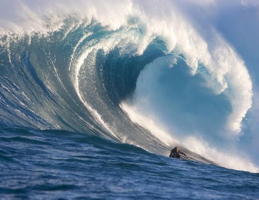 嵐の最中のような波に乗る人のimage