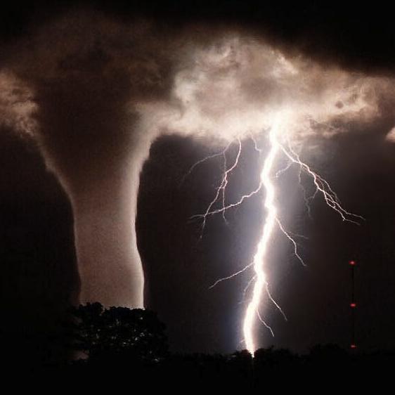 台風の時の竜巻と雷のimage