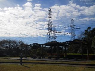 久里浜花の国を通過する送電線