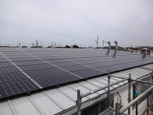 倉庫屋根の太陽光発電パネル