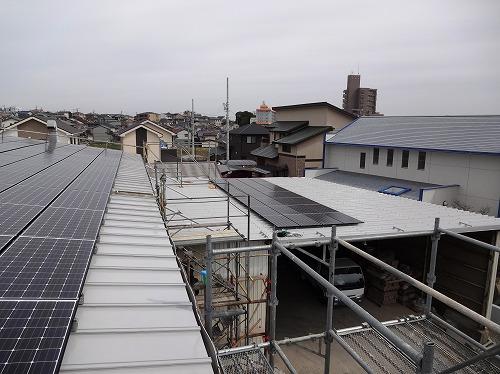同、折板屋根上のパネル