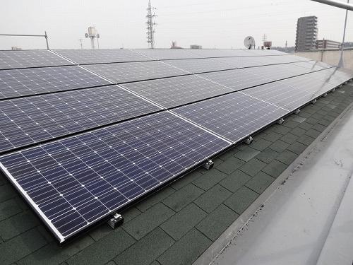 共同住宅屋根上の太陽光発電パネル