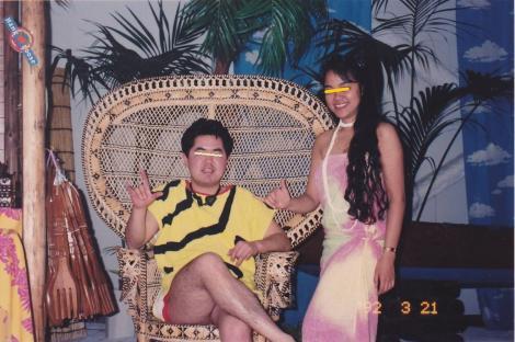 大学時代の春休みに行ったスパリゾートハワイアンズで女性ダンサーと記念写真