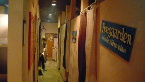 個室居酒屋「ふらいぱんカフェ」はのれんで飲む場所が個室になっていたデジカメ写真
