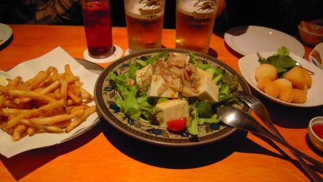 居酒屋おつまみメニューで豆腐サラダとカリカリポテトチリ味と3種チーズフライのデジカメ写真撮影