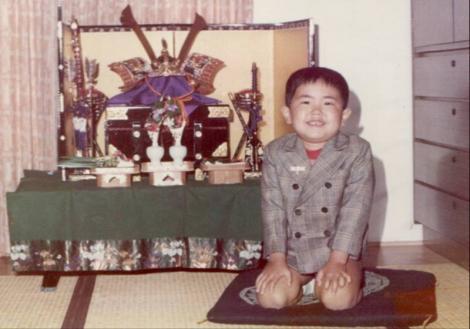 5歳の5月5日子供の日に兜の前で元気な私の記念写真