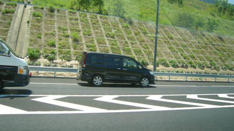 第二東名で一般車両が警察車両に捕まる瞬間のデジカメ写真
