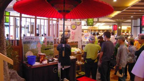 行列が出来る新茶無料サービスのいしだ茶屋の遠州森の茶のデジカメ写真
