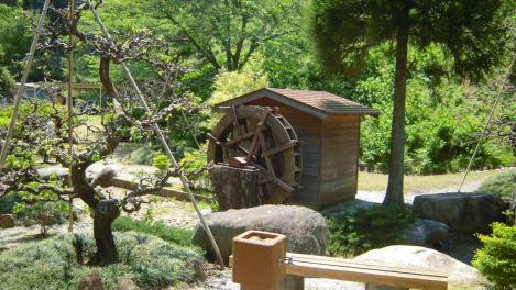 植林観光地にあった水車小屋をデジカメ撮影したデジカメ写真