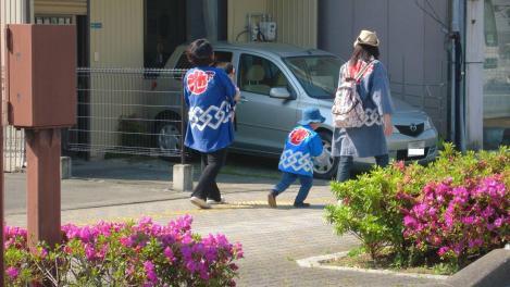 浜松祭りに参加する幼き子供と婦人たちをデジカメで