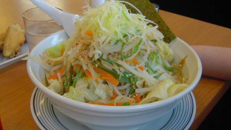 浜松市のらーめんみんみんで嫁が食べたボリュームある野菜豚骨らーめんと3人で手羽先を6本をデジカメでナイスショット