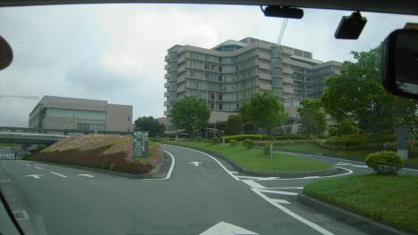 37歳で医者になった僕の舞台である大学病院の静岡がんセンターへ入場する処を車内からデジショット