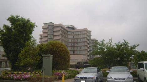 37歳で医者になった僕のロケ地である静岡がんセンターの駐車場に車を停車し静岡がんセンターをデジショットした