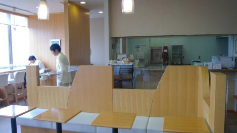 静岡がんセンター屋上階のレストランで一服、37歳で医者になった僕のスタッフも休憩したか ドクターが隅で休憩してたデジカメ撮影