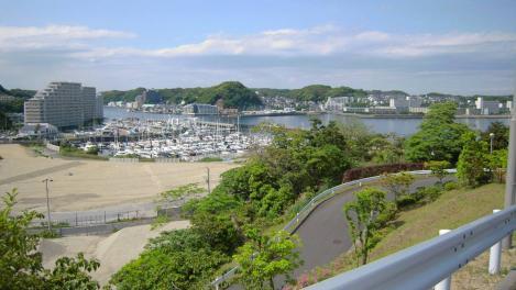 神奈川県横須賀市西浦賀6丁目の老人ホーム太陽の家付近からデジカメショットした浦賀港