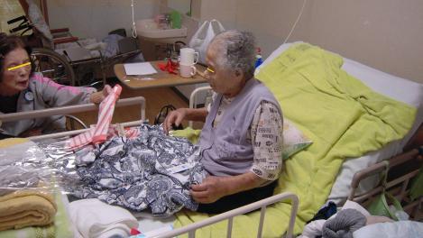 横須賀市西浦賀6丁目の老人ホーム太陽の家で99歳の叔母さんへ服のプレゼントを渡す81歳の母の光景をデジショット