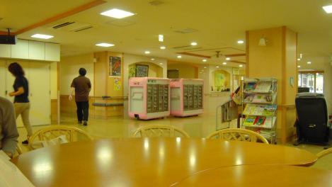 横須賀市西浦賀6丁目も老人ホーム太陽の家の昼食時間で給食が運びこまれ動きだす職員の風景写真をデジカメで
