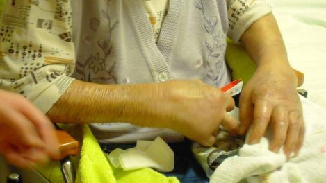老人ホームで99歳の叔母さんが腕が腫れ痛くて早く死にたいと言うのを81歳の母が慰め激励をしている光景をデジカメで撮りました