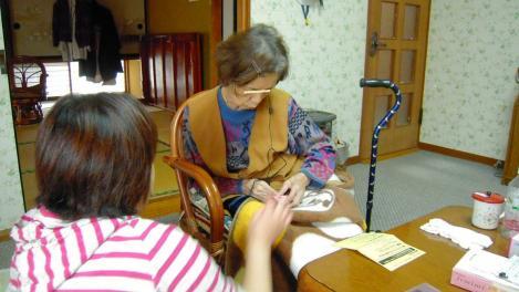 母へ使いやすい補聴器パイオニアのフェミミの簡単な使い方を母へ教える嫁をデジカメショット